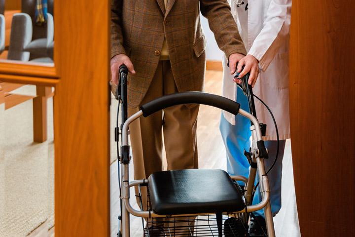 Manos ayudan en su casa a persona dependiente - Sevicio de Ayuda a Domicilio - Acompañamiento en la vejez en Extremadura. Ayuda a Domicilio, Promoción a la Autonomía, residencias, formación