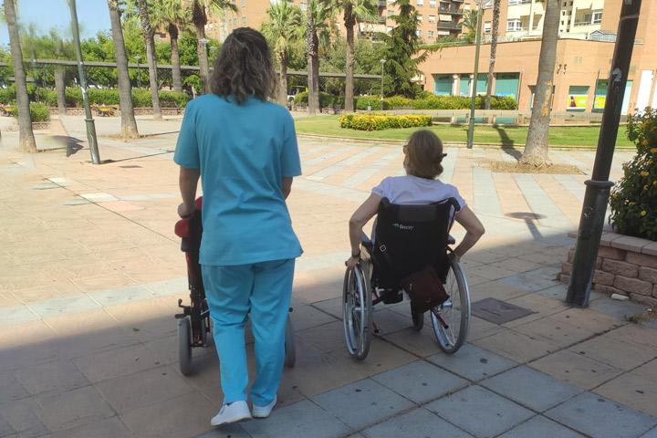 Paseo a persona dependiente - Servicio Residencia en su propio domicilio - Acompañamiento en la vejez en Extremadura. Ayuda a Domicilio, Promoción a la Autonomía, Residencias, formación