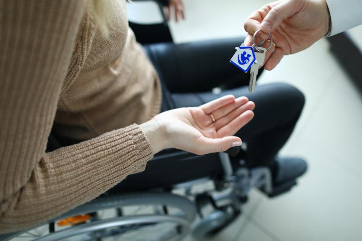 Entrega de llaves de habitación - Servicio de Gestión de Centros de Mayores - acovex, Acompañamiento en la vejez en Extremadura. Ayuda a Domicilio, Promoción a la Autonomía, Residencias, formación